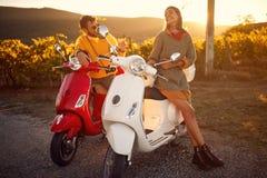 Romantisch paar die op een autoped in Europees berijden stock foto