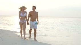 Romantisch Paar die op Mooi Tropisch Strand lopen stock videobeelden