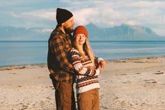 Romantisch paar die op strand koesteren die samen man en vrouwenfamilie reizen stock afbeeldingen
