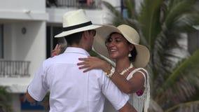 Romantisch Paar die op Vakantie dansen stock footage