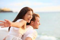 Romantisch paar die pret op strand hebben stock afbeelding