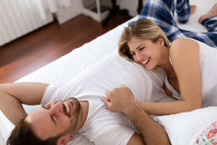 Romantisch paar die romantische tijden op bed hebben Royalty-vrije Stock Fotografie