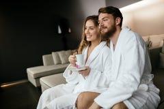 Romantisch paar die wittebroodsweken van vlucht genieten Stock Foto's