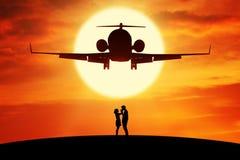 Romantisch paar die zich onder vliegende vliegtuigen bevinden royalty-vrije stock foto