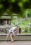 Romantisch paar door fontein in de Stad van New York Stock Afbeeldingen