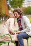 Romantisch paar in een park bij daling, die een datum heeft Royalty-vrije Stock Fotografie