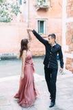 Romantisch paar in en gelukkig Venetië die samen dansen Itali?, Europa stock foto