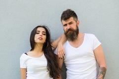 Romantisch paar Knuffel van paar de witte overhemden elkaar Hangt het Hipster gebaarde en modieuze meisje uit stedelijke romantis royalty-vrije stock foto
