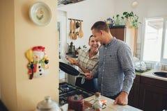 Romantisch paar in liefde het besteden tijd samen in keuken royalty-vrije stock fotografie