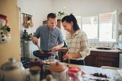 Romantisch paar in liefde het besteden tijd samen in keuken stock foto
