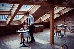 Romantisch paar in liefde het plakken in koffie Stock Foto's
