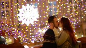 Romantisch Paar met de Kaukasische en Verschijning die kussen knuffelen De lichten en het Vuurwerk zijn op Achtergrond Jong Paar stock video