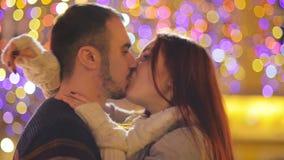 Romantisch Paar met de Kaukasische en Verschijning die kussen knuffelen De lichten en het Vuurwerk zijn op Achtergrond Jong Paar stock footage