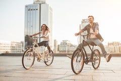 Romantisch paar met fietsen in de stad royalty-vrije stock foto