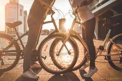 Romantisch paar met fietsen in de stad royalty-vrije stock afbeelding
