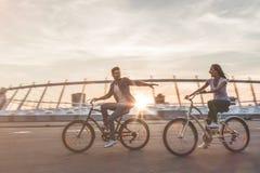 Romantisch paar met fietsen in de stad stock afbeeldingen