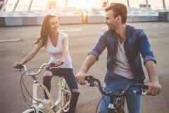 Romantisch paar met fietsen in de stad royalty-vrije stock foto's