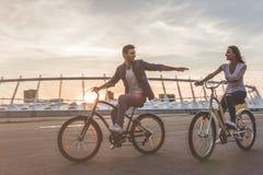 Romantisch paar met fietsen in de stad stock afbeelding