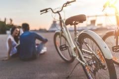 Romantisch paar met fietsen in de stad stock foto