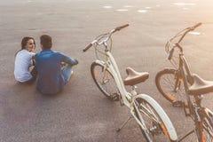 Romantisch paar met fietsen in de stad stock foto's