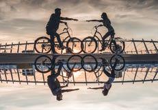 Romantisch paar met fietsen in de stad stock fotografie