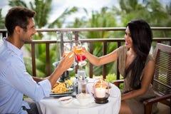 Romantisch paar op balkon het roosteren royalty-vrije stock foto's