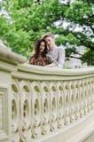 Romantisch paar op Boogbrug in Cetral-Park Stock Foto's