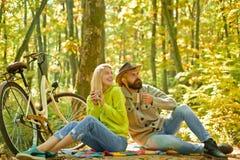 Romantisch paar op datum Datum en liefde De stijging van de de herfstdatum in bos Romantische datum met fiets Paar in liefderit stock afbeelding