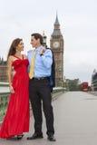Romantisch Paar op de Brug van Westminster door Big Ben, Londen, Englan Royalty-vrije Stock Afbeeldingen