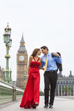 Romantisch Paar op de Brug van Westminster door Big Ben, Londen, Englan Royalty-vrije Stock Foto