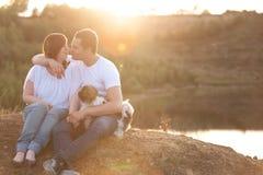 Romantisch paar op de klip Stock Afbeelding