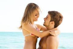 Romantisch paar op de kust Stock Afbeelding