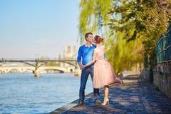 Romantisch paar op de Zegendijk in Parijs royalty-vrije stock afbeeldingen