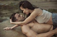 Romantisch paar op een tropisch strand stock foto's