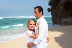 Romantisch paar op het strand Stock Afbeelding