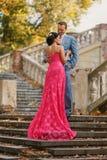 Romantisch paar op treden, bekijkt hij zacht haar Royalty-vrije Stock Afbeelding