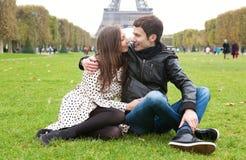 Romantisch paar in Parijs stock foto's