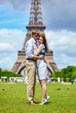 Romantisch paar in Parijs dichtbij de toren van Eiffel Stock Fotografie
