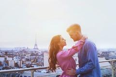 Romantisch paar in Parijs, gelukkig ogenblik op de Torenachtergrond van Eiffel stock fotografie