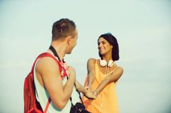 Romantisch paar van gelukkige vrouw en knappe man holdingshanden stock fotografie
