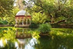 Romantisch paviljoen dat in een vijver wordt weerspiegeld royalty-vrije stock fotografie
