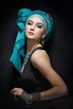Romantisch portret van jonge vrouw in een turkooise tulband op een galant stock foto's