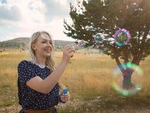 Romantisch portret van jonge vrouw met zeepballons Stock Foto