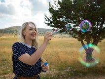 Romantisch portret van jonge vrouw met zeepballons Stock Afbeelding