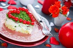 Romantisch salade gevormd hart op Valentijnskaartendag stock fotografie