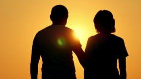 Romantisch silhouet van een jong paar stock video