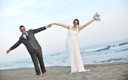 Romantisch strandhuwelijk bij zonsondergang Stock Foto's