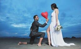 Romantisch strandhuwelijk bij zonsondergang Stock Foto