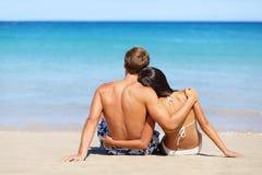 Romantisch strandpaar in liefde het ontspannen op vakantie stock foto's