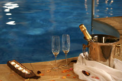 Romantisch am Swimmingpool stockfotos